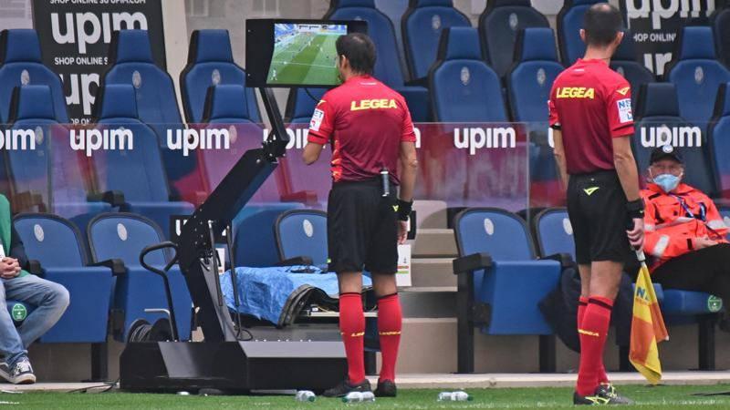 Arbitri e Var, serve una svolta: club e giocatori vanno coinvolti