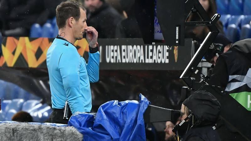 Calcio,<br /> tutte le nuove regole:  cambiano Var,<br /> falli di mano e rigori. Gi� dalla ripresa?