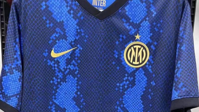 Inter,<br /> indiscrezioni sulla nuova maglia: spariscono le righe?