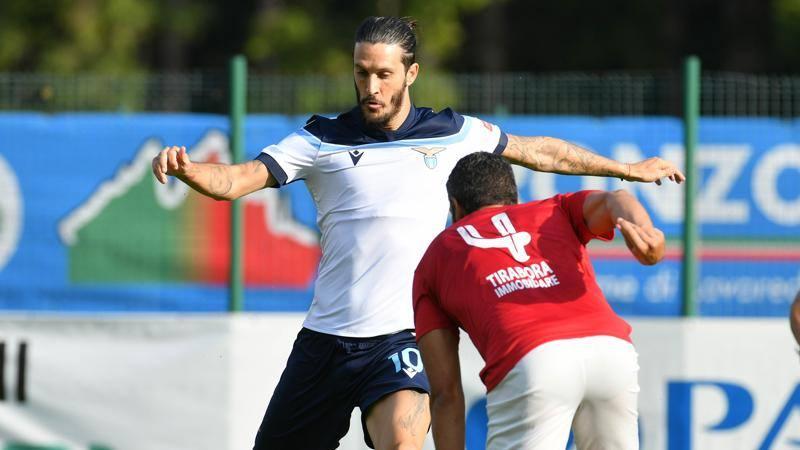 Nervosismo Luis Alberto in amichevole: spinge e butta a terra l'avversario dopo un fallo