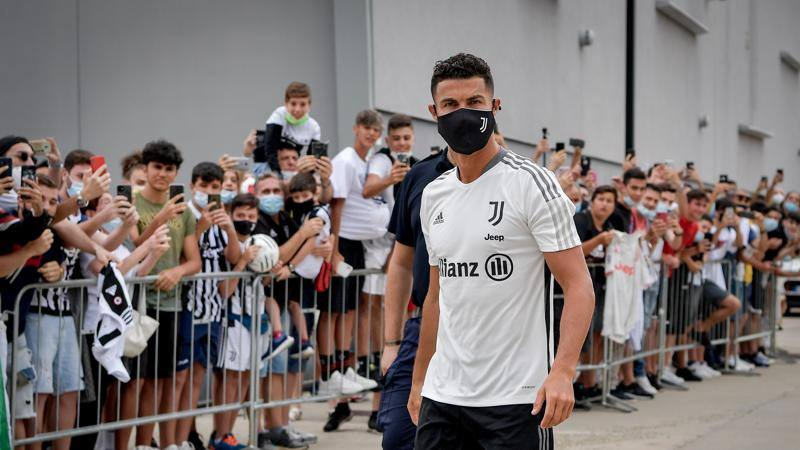 Riecco Cristiano Ronaldo,<br /> che accoglienza! E CR7 scatta anche il selfie per un tifoso