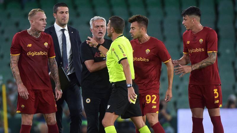 Roma,<br /> nervi tesi in amichevole: col Betis finisce in otto,<br /> espulso pure Mourinho
