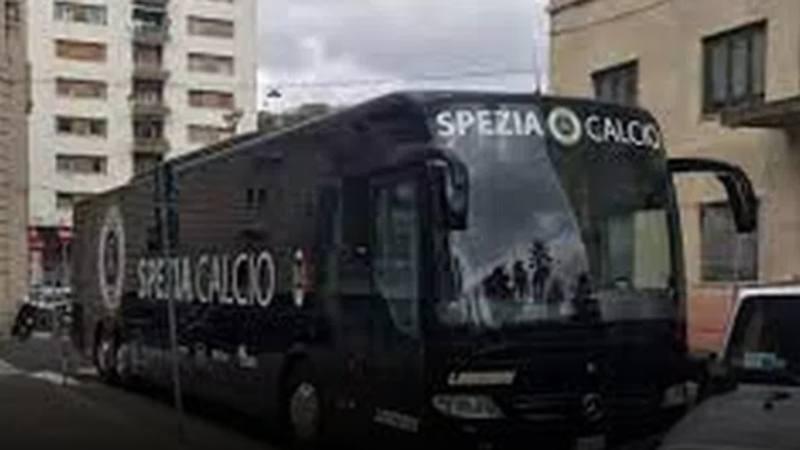 Spezia: dal pullman della squadra scendono gruppi di turisti in bermuda!