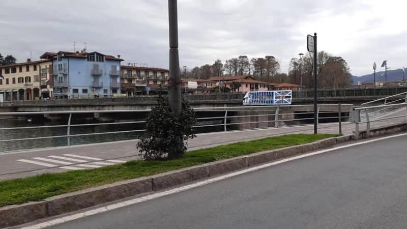 Strappato nella notte lo striscione di amicizia tra Bergamo e Brescia