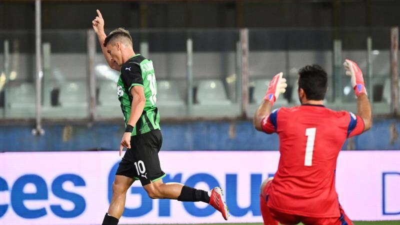 Prova convincente del Sassuolo contro il Parma allo Stadio Tardini la terza amichevole stagionale vede i neroverdi vincere 3-0 grazie alla doppietta di Filip Djuricic e alla rete nel finale di Giacomo Manzari Il Sassuolo ha spinto subito e la squadra emiliana ha tenuto botta Poi il gol di Djuricic ha rotto lequilibrio al 18 e nella ripresa il Parma rimasto in dieci uomini per lespulsione di Balogh ao naufragato con due reti subite nellultimo quarto dora Bene il Sassuolo dal punto di vista del gioco e del palleggio, al Parma ao mancata la luciditae in fase realizzativaIL TABELLINOParma-Sassuolo 0-3Marcatori 18 e 75 Djuricic S, 88 Manzari SPARMA Buffon 63 Colombi; Sohm, Balogh, Valenti 84 Dierckx, Gagliolo, Kucka, Man 70 Brugman, Brunetta, Benedyczak 80 Marconi, Juric, DIacoponi 63 CamaraA disposizione Turk, Osorio, SIacoponi, Vaglica, ZagaritisSASSUOLO Consigli 63 Pegolo; Toljan 46 Kyriakopoulos, Chiriches 46 Ayhan, Ferrari 63 Peluso, Rogerio 71 Paz; Frattesi 46 Magnanelli, Lopez 63 Bourabia; Defrel 76 Oddei, Djuricic 80 Manzari, Haraslin 46 Traore; Caputo 63 ScamaccaA disposizione SatalinoArbitro Di Martino di TeramoAssistenti Bercigli di Firenze  Zingarelli di SienaNote al 62 espulso Balogh P per fallo da ultimo uomo, ammonito Bourabia S