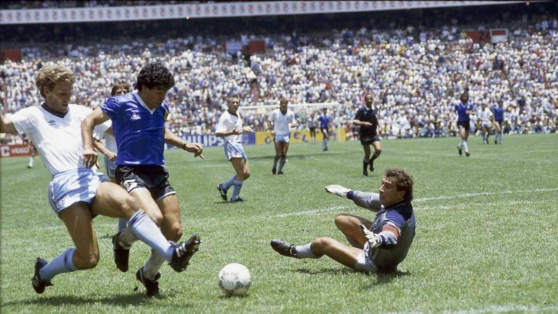 Pallonetti,<br /> slalom e tiri mancini: Maradona da collezione in 10 magie