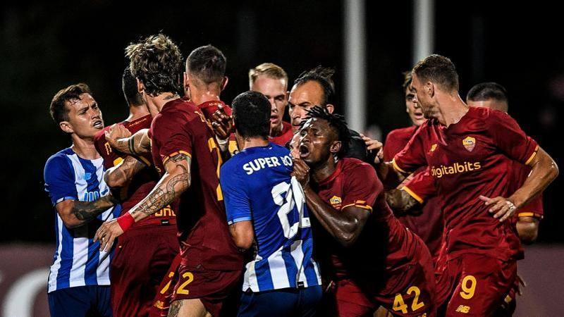 Mancini sblocca di testa a inizio ripresa su corner, poi un fallo di Pepe innesca 5 di grande nervosismo I portoghesi pareggiano a due minuti dalla fineQuinta amichevole precampionato della Roma e primo pareggio per la formazione di Mourinho A Faro, nel primo test del ritiro portoghese del club giallorosso, contro il Porto di Conceiaao piaU avanti nella preparazione, debutterae in campionato leU8 agosto finisce infatti 1-1 con le reti al 56eU di Mancini e alleU89 di Vitinha Nel giorno in cui la Roma si avvicina sensibilmente a Eldor Shomurodov da affiancare alla coppia Dzeko - Mayoral, a segnare per la squadra di Mourinho ao un difensore Gianluca Mancini Il centrale, dopo uneUestate di riposo passata a smaltire anche la delusione azzurra ao stato tagliato dal ct sul filo di lana mette in mostra una delle sue specialitae il gol di testa su palla inattiva A servirgli un pallone perfetto, da calcio deUangolo, al 56eU ao stato NicolaI Zaniolo, dopo un primo tempo in cui il protagonista del match ao stato senza dubbio Rui Patricio, autore di un paio di buoni interventi La Roma ha tirato poco un tiro di Zaniolo poco pericoloso, un altro fuori di un niente di Dzeko ma ha messo in mostra, come giae si era visto nelle amichevoli precedenti, equilibrio e carattere, tutti aspetti tipici di una squadra di MourinhoNon a caso, quando dopo uneUora Pepe entra male malissimo su Mkhitaryan, e leUarmeno reagisce, tutta la panchina scatta a difesa del compagno, come da qualche tempo non si vedeva nella Roma Ne scaturisce una piccola-grande rissa a centrocampo Intervengono anche gli allenatori, animi tesi, minacce e inviti a rivedersi dopo Larbitro, nettamente il piaU fisicato in campo, placa gli animi con le buone e anche con le meno buone poi sceglie di non punire nessuno mentre i tecnici sfruttano la situazione e tolgono dal campo i piaU focosiLa Roma dovrae aumentare la sua produzione offensiva, in attesa soprattutto di sistemare il centrocampo con il ritorno di Veretout che continu