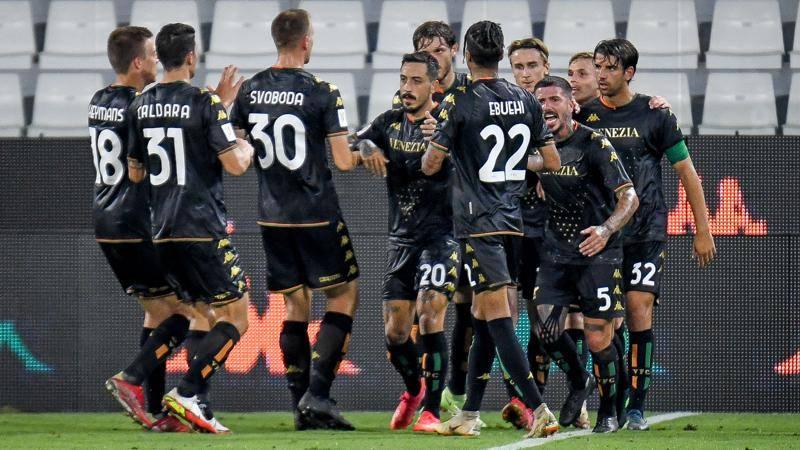 Ferragosto coi 32esimi di finale i veneti eliminano il Frosinone, i toscani battono il Vicenza Colpo dei pugliesi al TardiniFesteggiano Empoli, Lecce e Venezia, vittoriose nei trentaduesimi di Coppa Italia disputati a Ferragosto EMPOLI-VICENZA 4-2 LEmpoli batte il Vicenza 4-2 e nel prossimo turno, ai sedicesimi, affronterae il Verona La squadra di Andreazzoli ha subito iniziato molto bene la sfida portandosi sul 3-0 In gol Bajrami, schierato da attaccante, Haas, oggi trequartista, e Mancuso Ma dopo il terzo gol la squadra toscana si ao come spenta, forse accontentata, ed ao apparsa sulle gambe considerando che si giocava con 35 gradi ao uscito quindi il Vicenza Le urla di Di Carlo hanno condotto al gol di Dalmonte al 39eU Nella ripresa lo stesso Dalmonte ha servito a Lanzafame la palla per accorciare ulteriormente le distanze, al 56eU Sul 3-2 Andreazzoli ha optato per qualche sostituzione Fra queste anche il nuovo acquisto Cutrone Subito a segno ma gol annullato per fuorigioco Poi la partita leUha chiusa Crociata alleU88eU con una parabola su punizione imprendibile per Pizzignacco PARMA-LECCE 1-3Il Lecce supera il Parma per 3-1 e ai sedicesimi se la vedrae con lo Spezia Gli emiliani si portano in vantaggio in avvio con Brunetta, a segno al 7eU, ma poi subiscono il ritorno dei pugliesi, che sbancano il Tardini grazie alla doppietta di Coda, in gol al 9eU e al 76eU, e alla rete di Tuia al 40eU In porta, nel Parma, non ceUera Buffon, out per un problema muscolare al suo posto Colombi Il tecnico Maresca spera di avere leUex juventino per leUesordio in campionato venerdaA col FrosinoneVENEZIA-FROSINONE 9-8 dcrIl Venezia passa il turno dopo una maratona ai calci di rigore, con Ebuehi che al nono penalty fa centro piegando la paritae col Frosinone Dopo un primo tempo senza gol in cui il Frosinone appare piaU brillante, nella ripresa gli ospiti hanno una clamorosa occasione per passare al 50 ma Rohdan sbaglia sotto porta Nessuna delle due squadre sblocca il risultato, si va